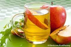 glass of apple cider vinegar with apple